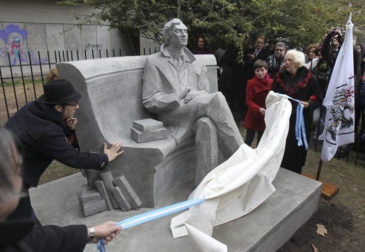 Una estatua del escritor argentino Julio Cortázar se inauguró este 26 de agosto de 2014, en los jardines de la Biblioteca Nacional en Buenos Aires. (EFE)