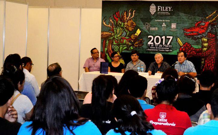 """Varios autores, encabezados por Sergio Quezada, presentaron la obra """"Historia General de Yucatán"""", en el marco de la Filey 2017. (Milenio Novedades)"""