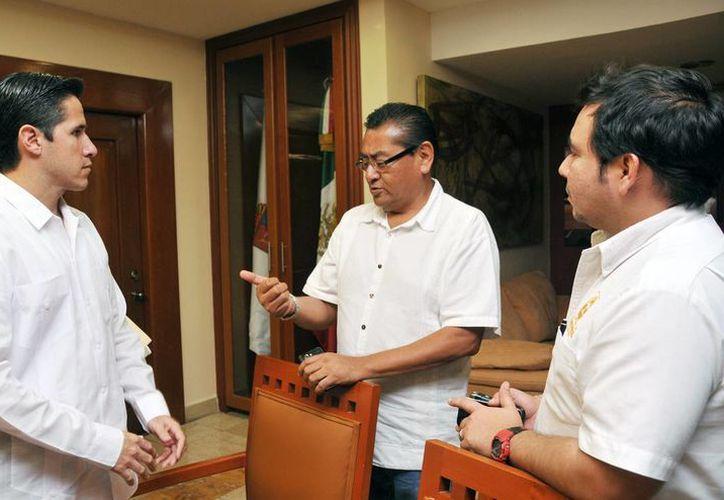 El alcalde Aurelio Joaquín González, Isauro Cruz Lara y Emilio Villanueva Sosa. (Cortesía/SIPSE)