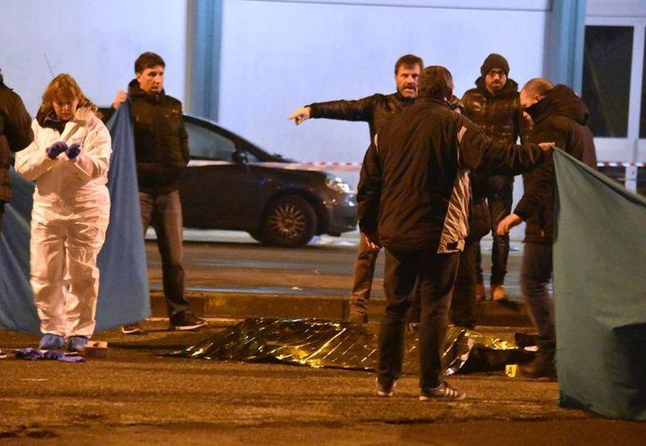La policía italiana cubre el cuerpo de Anis Amri, el presunto agresor del ataque en un mercado navideño en Berlín ocurrido el lunes. (AP/Daniele Bennati)