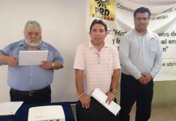El líder del PRD, Alejandro Cuevas (centro), acusó a dos militantes de su partido de coludirse con el PAN. (Facebook)