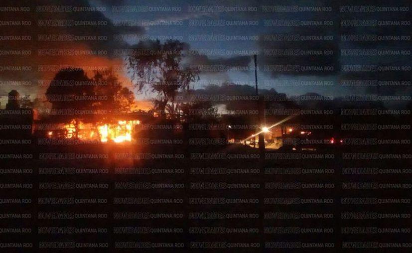 Los colonos incendiaron viviendas durante el desalojo. (Eric Galindo/SIPSE)