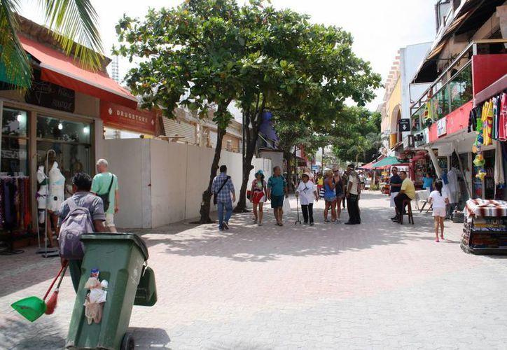 Los comerciantes aledaños a la construcción atribuyen sus bajas ventas al ruido y polvo que genera la obra.  (Octavio Martínez/SIPSE)