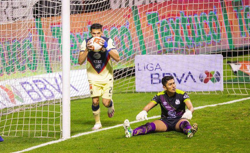 El yucateco Henry Martín llegó a 38 pildorazos, empatando la marca goleadora de Raúl Jiménez en su etapa como azulcrema. Con este triunfo, las Águilas llegan a 19 puntos y despertarán en el liderato general. (Foto: Mexsport)
