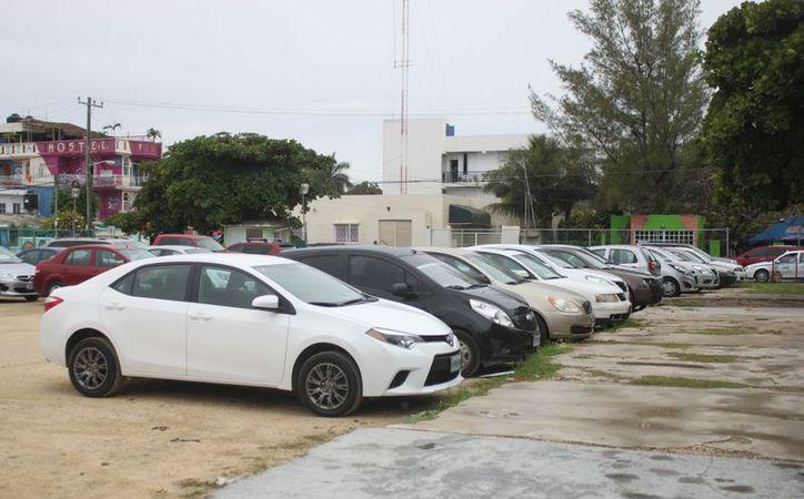 En la actualidad, hay 10 estacionamientos operando desde Playacar, hasta la avenida CTM. (Foto: Daniel Pacheco)