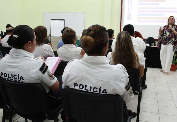Rosi Orozco durante una plática con autoridades. (Luis Soto/SIPSE)