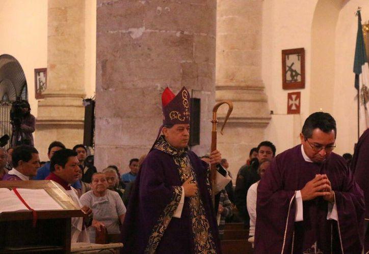 El arzobispo de Yucatán, Gustavo Rodríguez Vega, celebró la misa del Miércoles de ceniza en la Catedral de Mérida. (José Acosta/SIPSE)