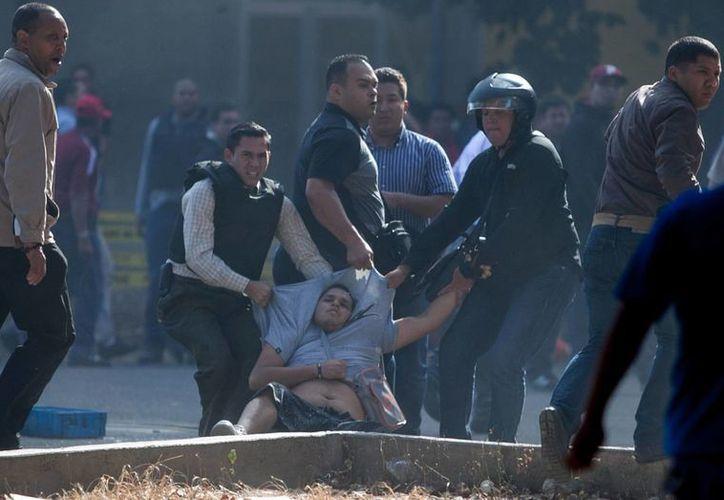 En los actos violentos fallecieron un estudiante de 24 años y un hombre de 40. (Agencias)