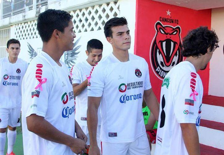 Carlos Ponce Herrera (centro) se convierte en uno de los dos primeros cesados del conjunto cancunense. (Francisco Gálvez/SIPSE)