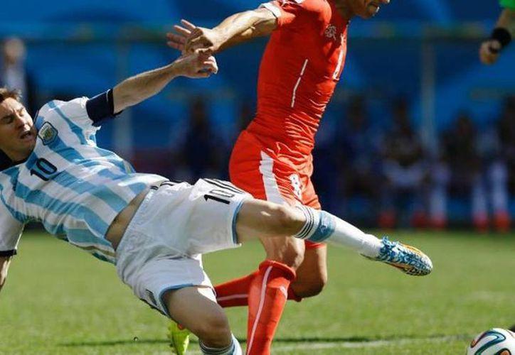 Lionel Messi liderará a Argentina contra Holanda en Sao Paulo. Será el cuarto enfrentamiento entre ambos en los mundiales. (AP)