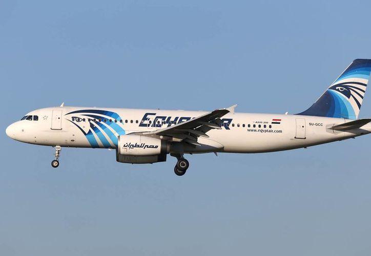 El avión transportaba a un total de 66 personas, 10 tripulantes y 56 pasajeros, incluidos a un niño y dos bebés. Imagen de archivo de un Airbus A320 de EgyptAir mientras vuela cerca del aeropuerto de Zaventem en Bruselas. (Agencias)