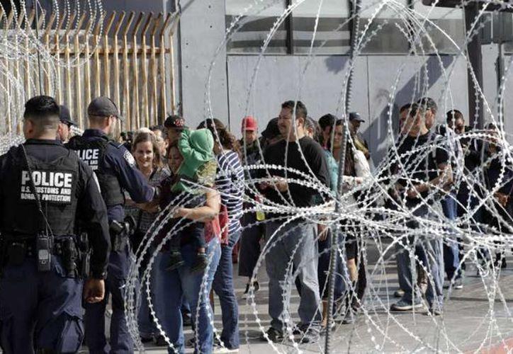 Con todo y esposas, dos de los cuatro detenidos se liberaron del policía. (@asilascosaspm)