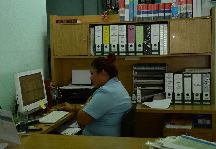 """Los cambios no le han """"pegado"""" a los despachos de contadores. (Victoria González/SIPSE)"""