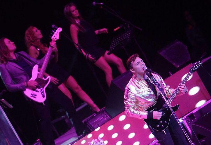 Cristian Castro ya se había vestido de rockero, para un comercial de refrescos. La imagen corresponde a un concierto en el auditorio Siglo XXI, en Puebla, en mayo. (Archivo/NTX)