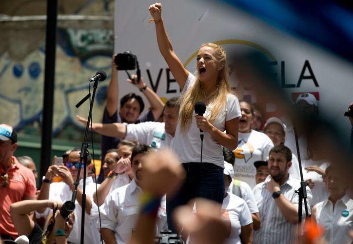 Lilian Tintori, esposa del líder de oposición venezolano preso, Leopoldo López, alienta a sus partidarios con motivo del inicio de la campaña electoral. (Foto: AP)