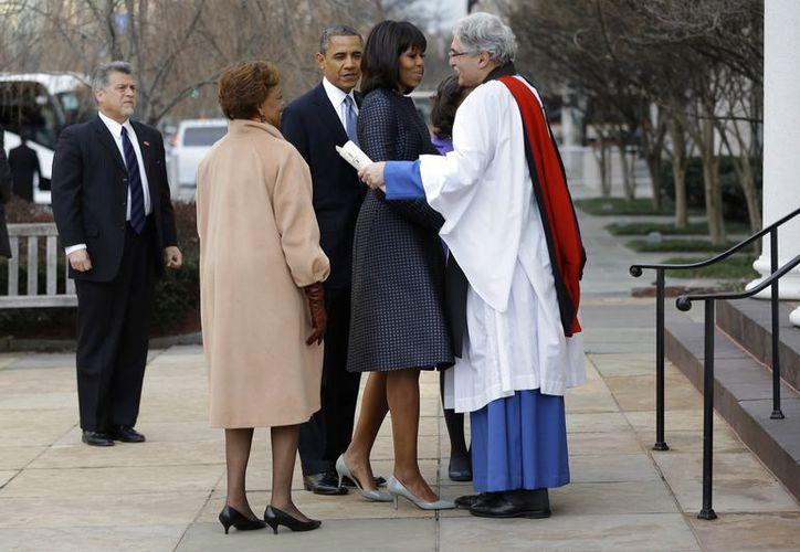 Los Obama fueron recibidos a la entrada de la iglesia de color amarillo por el ministro Luis León. (Agencias)