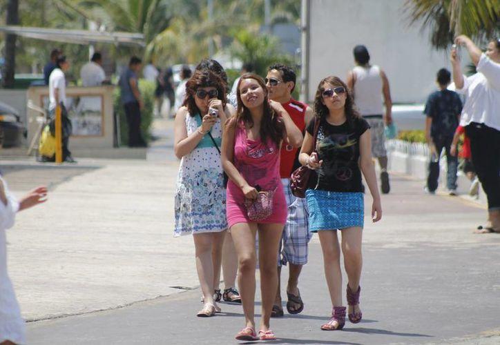 Continúa el arribo de vacacionistas en este destino de playas. (Israel Leal/SIPSE)