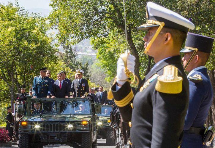 Acompañado de los secretarios de Defensa y Marina, el presidente Enrique Peña Nieto, encabezó la ceremonia del 104 Aniversario de la Marcha de la Lealtad en el Castillo de Chapultepec. (www.presidencia.gob.mx)