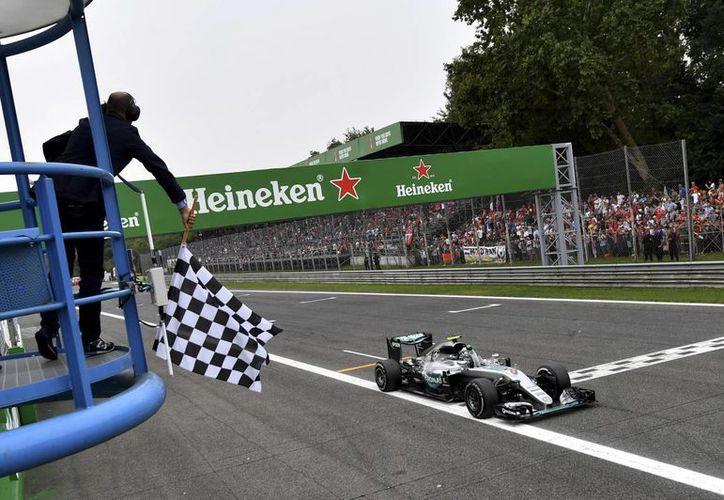 Lewis Hamilton y Nico Rosberg buscarán obtener el triunfo en el Gran Premio de Singapur, el próximo fin de semana.(Andrej Isacovic/AP)
