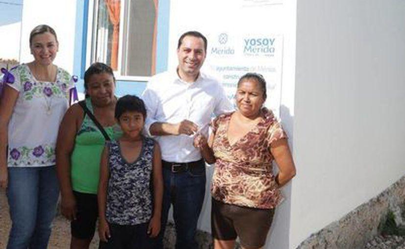 La inversión en la construcción de 350 casas completas en Mérida es superior a los 65 millones de pesos. En la foto, el alcalde Mauricio Vila, quien firmó un acuerdo con 'Hábitat para humanidad México'. (Foto cortesía del Ayuntamiento de Mérida)