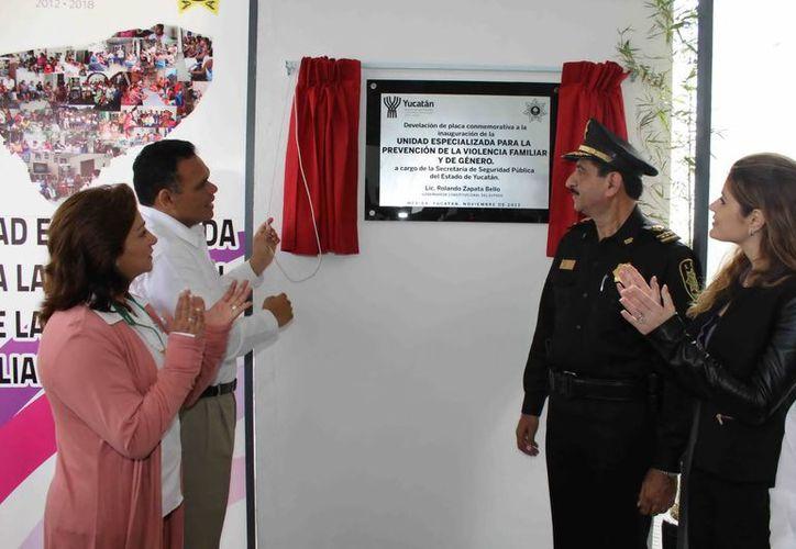 El Gobernador Rolando Zapata Bello y el titular de la SSP, Luis Felipe Saidén Ojeda, con sus esposas, inauguraron el centro de atención a la violencia. (Milenio Novedades)