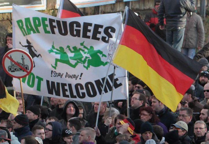 """Diversas manifestaciones se han realizado en Alemania contra y a favor los refugiados. Los manifestantes llevan pancartas con lemas como """"los refugiados-violadores no son bienvenidos"""" e """"¿Integrar a la barbarie?"""", mientras que los contramanifestantes enarbolaban mensajes como """"los refugiados son bienvenidos"""". (AP)"""