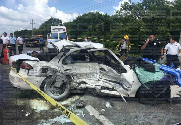 Una persona falleció luego de que un estallido de neumático desencadenara un accidente en la carretera Tulum-Playa del Carmen.  (Redacción/SIPSE)