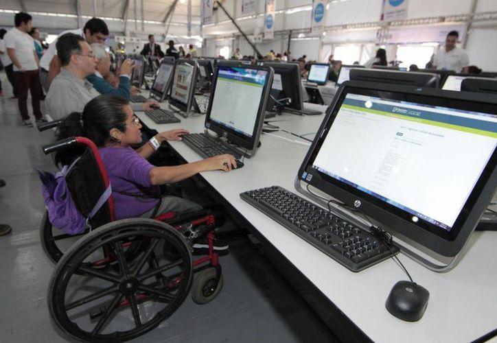 La SCT afirma que la presente administración concluirá con 250 mil sitios públicos con Internet gratuito. En la imagen, un aspecto de la Aldea Digital que se realiza en la ciudad de México. (Notimex)