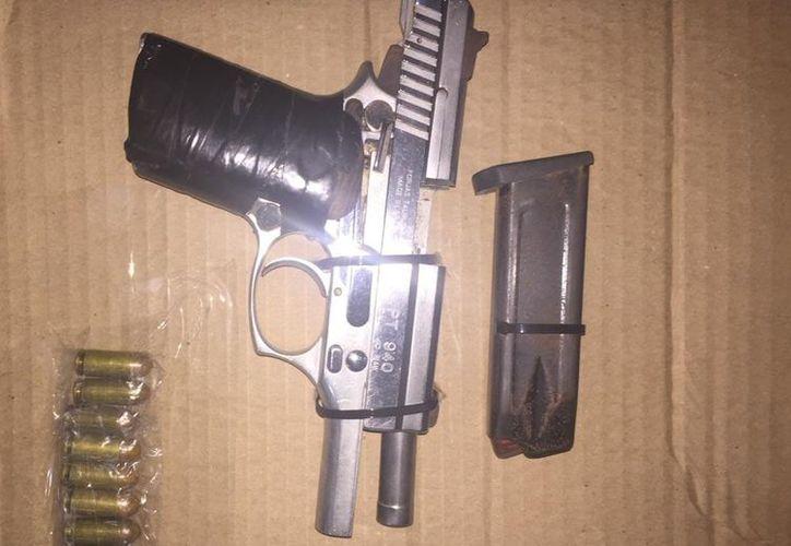 El arma, las municiones y la droga fueron incautados para iniciar las investigaciones correspondientes. (Redacción/SIPSE)