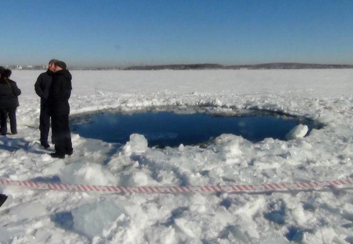 Hoyo en el Lago Chebarkul donde impactó un meteoro, a unos 1,500 kilómetros de Moscú. (AP)