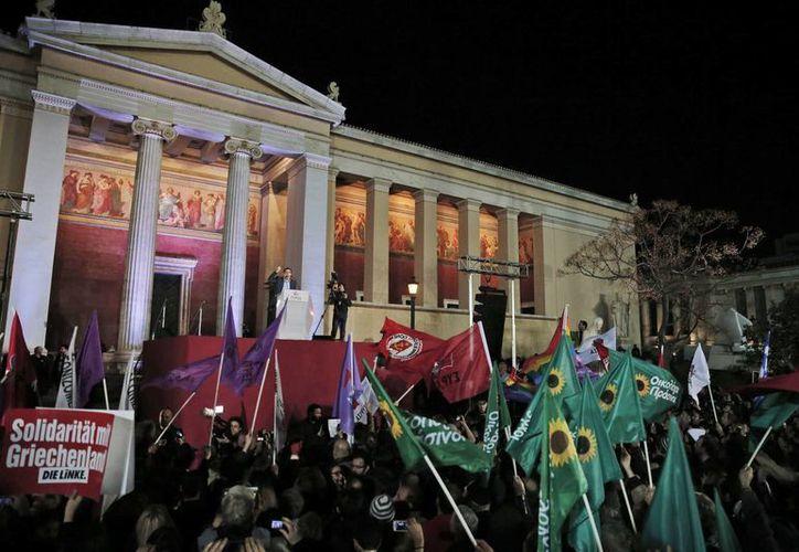 Seguidores de Alexis Tsipras celebran la victoria en Atenas. (AP)