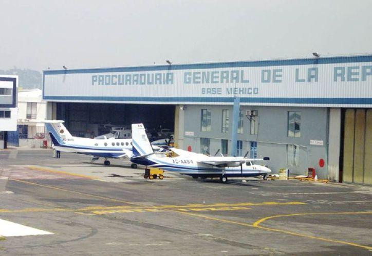 Los empleados fueron citados en el Hangar de la PGR en el Aeropuerto Internacional de la Ciudad de México. (estadomayor.mx)
