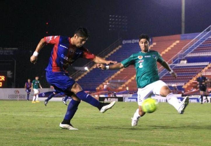 Venados FC, que antes era Mérida FC, cuenta con nuevos jugadores y nueva mentalidad, como la del defensa César Saldívar. En la foto, una imagen del equipo, la temporada pasada, en partido contra Atlante en Copa MX. (SIPSE)