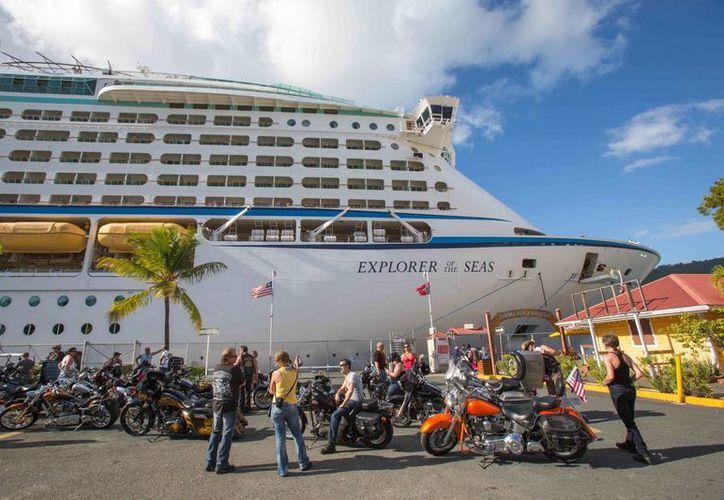 El crucero Explorer of the Seas (Explorador de los mares) fondeado en Islas Vírgenes Estadounidenses para la revisión sanitaria. (Agencias)