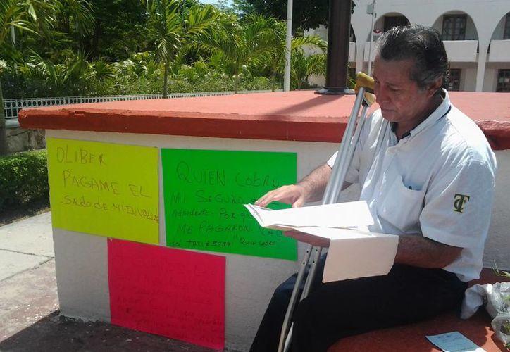 El afectado inició una huelga de hambre en la Plaza de la Reforma. (Tomás Álvarez/SIPSE)