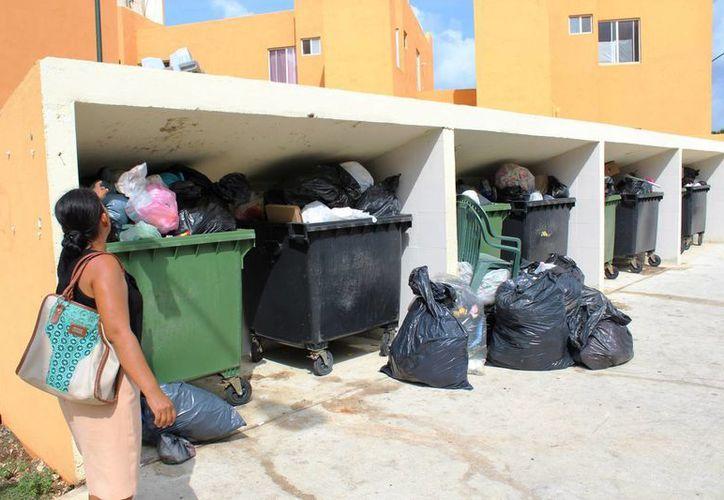 Hay otros sitios en la banqueta donde la gente ha comenzado a poner sus bolsas de desechos. (Octavio Martínez/SIPSE)