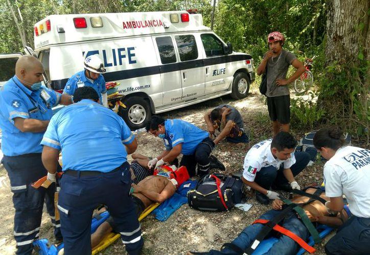 """Paramédicos estabilizaron a los ocupantes y los trasladaron al Hospital General """"Jesús Kumate Rodríguez"""", en Cancún. (SIPSE)"""