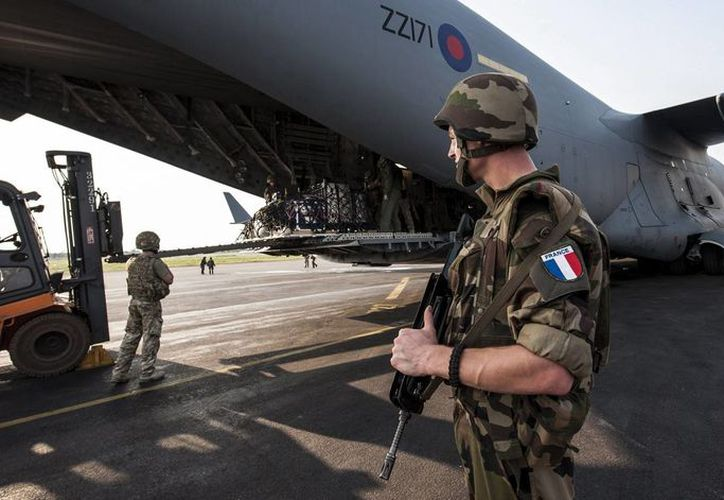 Soldados británicos y franceses descargan material militar de un avión de transporte de la Fuerza Aérea Británica (RAF) en el aeropuerto de Bangui, Centroafrica. (EFE)