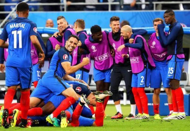 La selección francesa, anfitriona del torneo, enfrentará a Irlanda que avanzó de último minuto a la siguiente ronda de la Euro. (AP)
