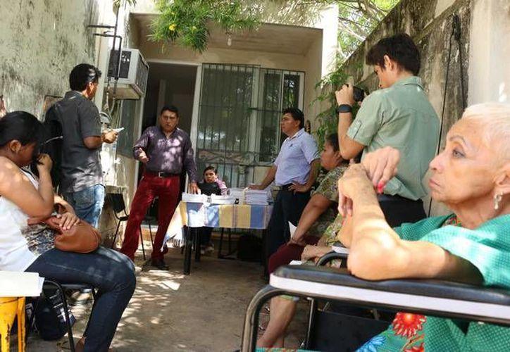 En Yucatán existen varios casos de despido injustificado por parte de los ayuntamientos, sin embargo, estos pocas veces son resultados generándose con el tiempo un conflicto casi imposible de resolver. En imagen varios de los demandantes. (José Acosta/ Milenio Novedades)
