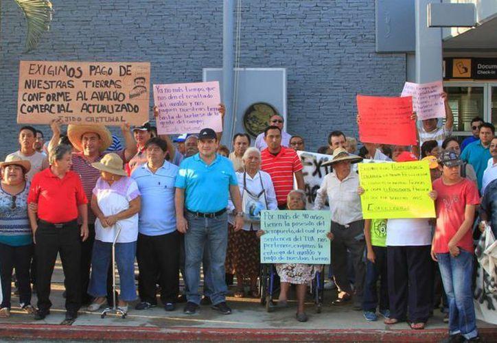 Los ejidatarios exigen que se les pague la indemnización por sus tierras o tomarán las instalaciones del Aeropuerto. (Ángel Castilla/SIPSE)
