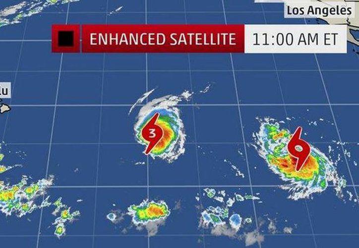 El huracán Iselle podría llegar a Hawái el viernes, seguido por Julio dos o tres días después. (@NBCNightlyNews)