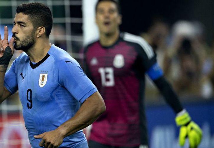 Luis Suárez y Guillermo Ochoa intercambiaron camisetas al final del partido amistoso Uruguay-México. (Imago7)