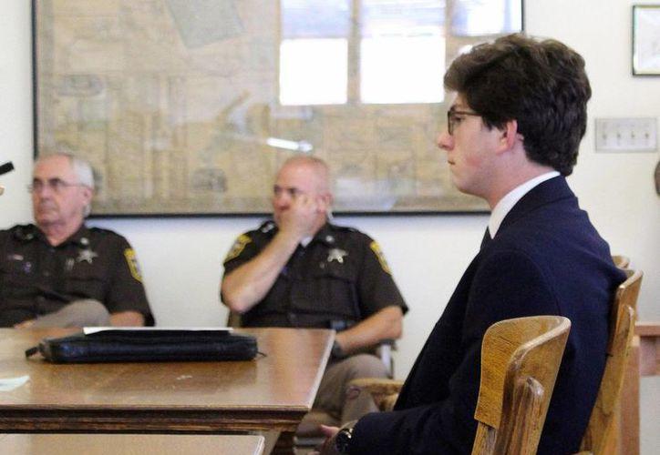 Imagen Owen Labrie en un tribunal del condado de Merrimack en Concord, New hamphire. Owen, que estudió en la escuela St. Paul's de elite, es acusado de participar en una tradición sexual que algunos atribuyen a esa institución. (Agencias)