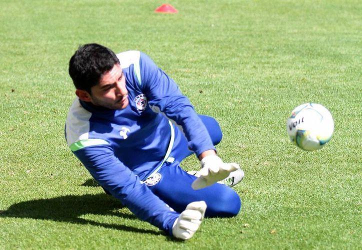 El portero titular de Cruz Azul, José de Jesús Corona, es investigado al igual que el defensa Francisco 'Maza' Rodríguez, por agredir a aficionados. (Notimex)