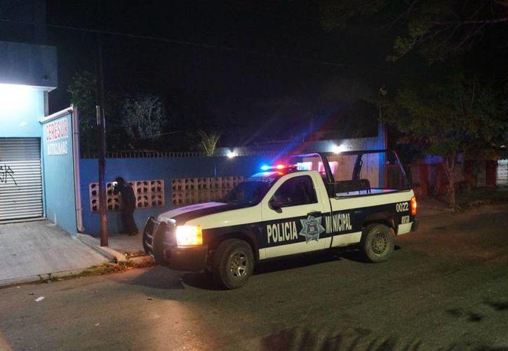 Elementos de la Policía Municipal llegaron a verificar el hecho denunciado por la mujer. (Redacción/SIPSE)