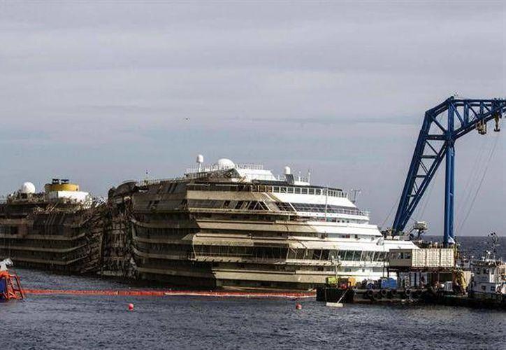 La embarcación fue enderezada con una operación espectacular en septiembre pasado. (Archivo/AFP)