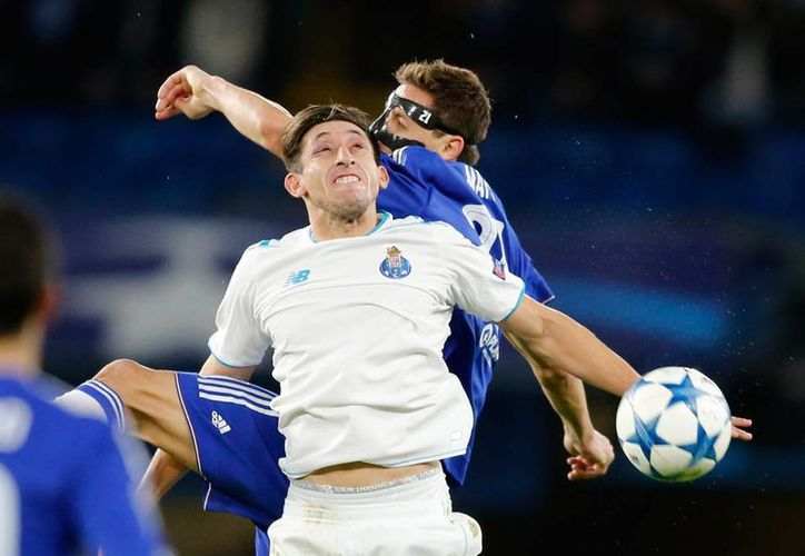 Héctor Herrera (de frente) disputa un balón durante el partido en el que el su equipo, el Porto, ganaba 2-1, y que fue suspendido por lluvia. (AP)