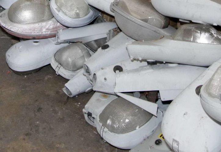 La Comuna anterior retiró las lámparas de vapor de sodio. (Milenio Novedades)