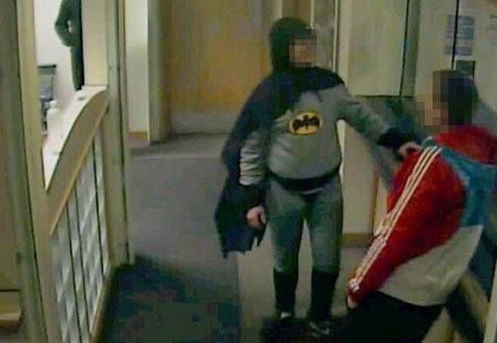 El hombre vestido como Batman usó un traje similar al de la serie de televisión de la década de 1960 (EFE).